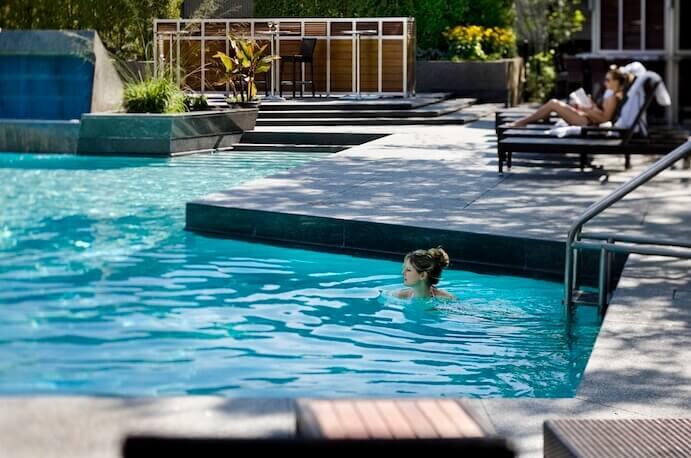 swimming-pool-hilton-bonaventure